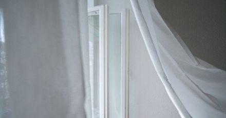 Im Sommer lässt man gerne mal die Fenster offen: Familien mit kleinen Kindern sollten dabei aber besonders vorsichtig sein.
