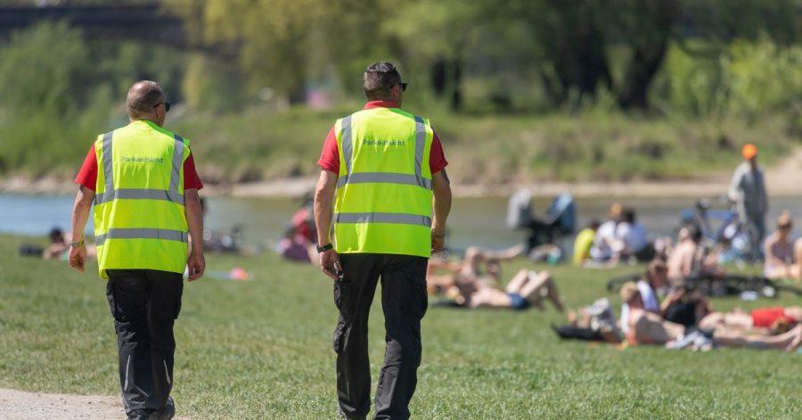Wie hier am Ufer der Isar wird inMünchen an öffentlichenOrten die Einhaltung der Corona-Regeln kontrolliert. ImEnglischenGarten ist es dabei zu einer gewaltsamen Auseinandersetzung zwischen der Polizei und Feiernden gekommen. (Symbolbild)