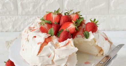 Außen knusprig, innen zart- fluffig: Bei der Pavlova steht Baiser im Mittelpunkt. Klassischerweise wird sie mit Erdbeeren getoppt.