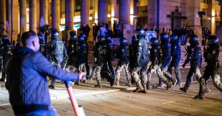 In der Nacht zum Sonntag gab es rund um den Schlossplatz in Stuttgart Auseinandersetzungen zwischen Jugendlichen und der Polizei.