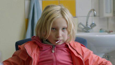 """""""Systemsprenger"""": Benni (Helena Zengel) mustert die Erzieher, die mit ihr über ihren Wutausbruch sprechen wollen (cg/spot)"""