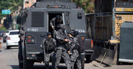 Die Polizei führt einen Einsatz gegen mutmaßliche Drogenhändler in der Favela Jacarezinho durch.