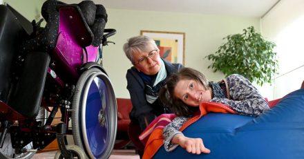 Petra Nicklas, die Vorsitzende des Vereins «Gemeinsam», zusammen mit ihrer schwerstbehinderten Tochter Elisa. Der Verein «Gemeinsam» setzt sich für Menschen mit Körper- und Mehrfachbehinderungen ein.