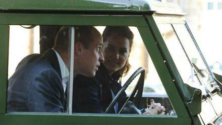 Prinz William und Herzogin Kate im Oldtimer-Land-Rover seines verstorbenen Großvaters. (ili/spot)