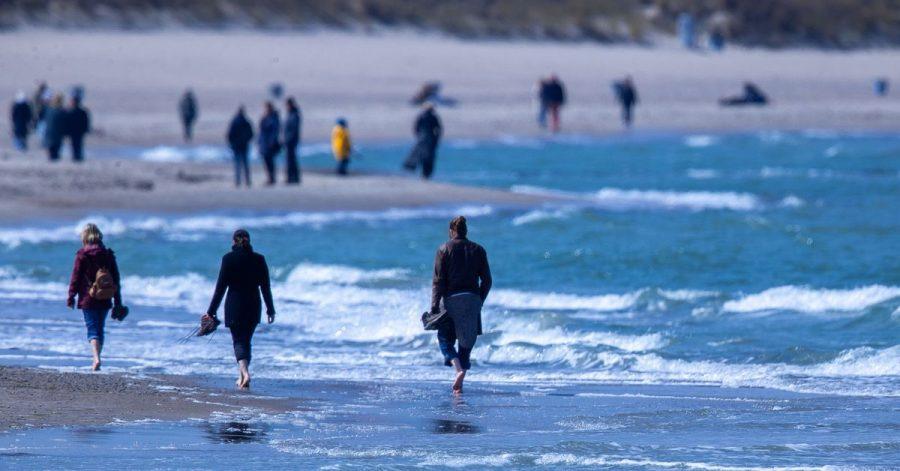 Spaziergänger am Strand von WArnemnünde.