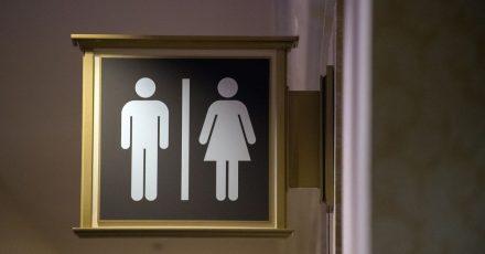 Wer ständig eine Toilette braucht, kann nicht mit den Öffis zur Arbeit fahren. Das hat das Landessozialgericht Baden-Württemberg entschieden.