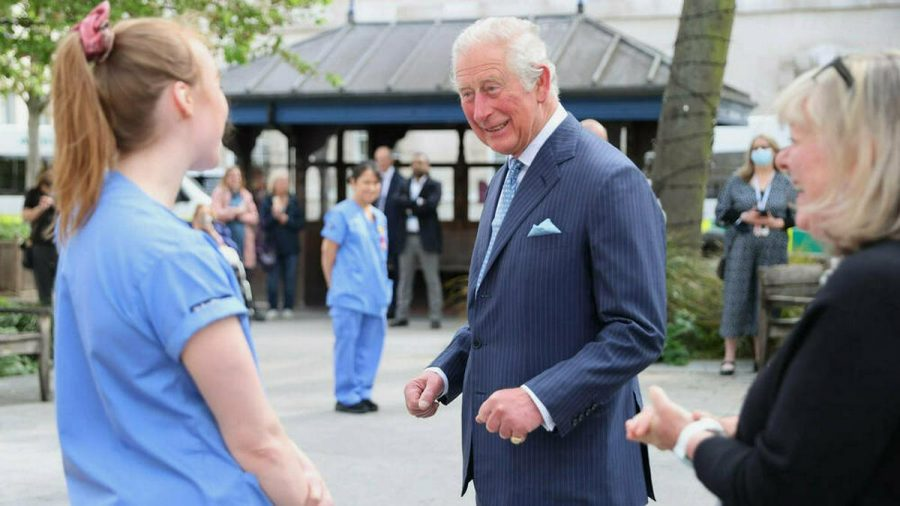 Prinz Charles im Gespräch mit einer Krankenschwester des St Bartholomew's Hospital. (jom/spot)