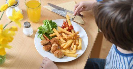 Junkfood wie Chicken Nuggets mit Pommes und Ketchup sollten Kinder nur gelegentlich essen.