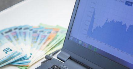 Ein breit gestreutes Aktieninvestment zahlt sich langfristig meist aus. Für den Einstieg an die Börse brauch man keine großen Summen.