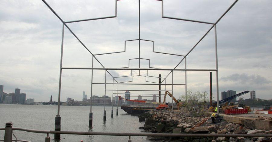 Die Umrisse eines längst abgerissenen Hafengebäudes am Ufer von Manhattan hat der US-Künstler David Hammons mit einer neuen Skulptur wieder auferstehen lassen.