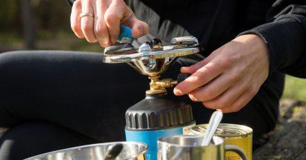 Sicher kochen unterwegs: Wer sich auf Reisen das Essen mit einem Campingkocher zubereitet, sollte vor jedem Einsatz darauf achten, dass alle Bauteile unbeschädigt sind.