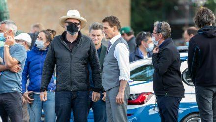"""Viel los am Set - zu viel: Tom Cruise (Mitte) bei den Dreharbeiten zu """"Mission: Impossible 7"""". (stk/spot)"""