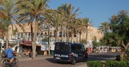 Das Archivfoto zeigt eine Polizeistreife vor einem Club an der Playa de Palma.