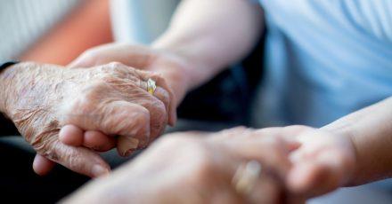Beim Gespräch mit Alzheimer-Erkrankten sollten Angehörige langsam und in einfacher Sprache sprechen.