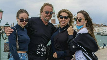 Shania Geiss, Robert und Carmen Geiss und Davina Geiss (v.l.n.r.) im Hafen von Venedig im Juni 2020 (jom/spot)