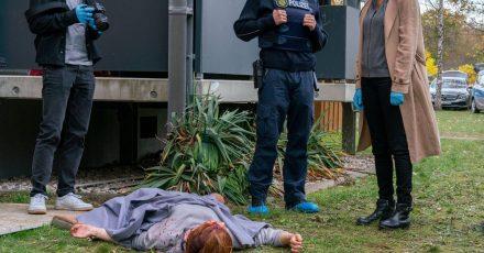 Linus (Anton Spieker, l), Streifenpolizist Kimmich (Roman Schomburg, 2.v.r.) und Maike (Anja Kling) am Tatort.