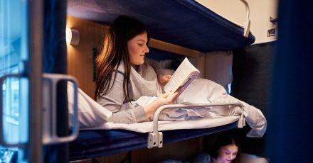 Lektüre vor dem Schlafen: Mit dem Alpen-Sylt-Nachtexpress reisen Urlauber schlummernd durch Deutschland.