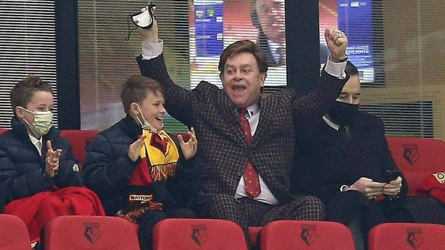 Mit Jubelpose: Elton John, seine Söhne und Ehemann David Furnish im Stadion. (jom/spot)