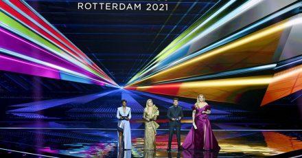 Die Moderatoren Edsilia Rombley (l-r), Chantal Janzen, Jan Smit und Nikkie de Jager moderieren die erste Generalprobe für das große Finale des 65. Eurovision Song Contest.