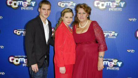 Sarafina Wollny (M.), ihr Mann Peter sowie ihre Mutter Silvia (r.) bei einer Veranstaltung (rto/spot)