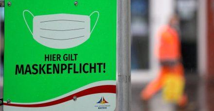 In Rostock weist ein Schild auf die Maskenpflicht hin. Die Gesundheitsämter in Deutschland haben dem Robert Koch-Institut (RKI) binnen eines Tages 8500 Corona-Neuinfektionen gemeldet.