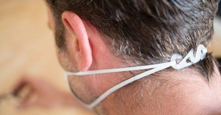 Mit solch einem einfachen Doppelhaken lassen sich Ohrschlaufen hinter dem Kopf zusammenführen.