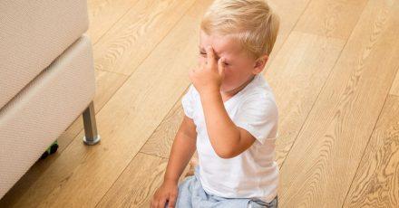 Das Kind hat sich den Kopf gestoßen. Was jetzt hilft: In den Arm nehmen und Pusten. Wenn es besser ist, bloß nicht fragen, ob das Aua noch da ist.