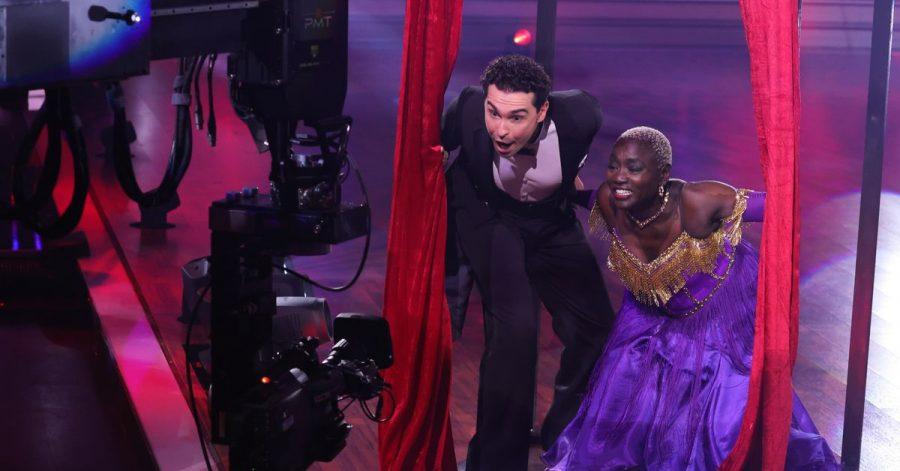 """Auma Obama und Profitänzer Andrzej Cibis stehen bei der RTL-Tanzshow """"Let's Dance"""" vor der Kamera."""