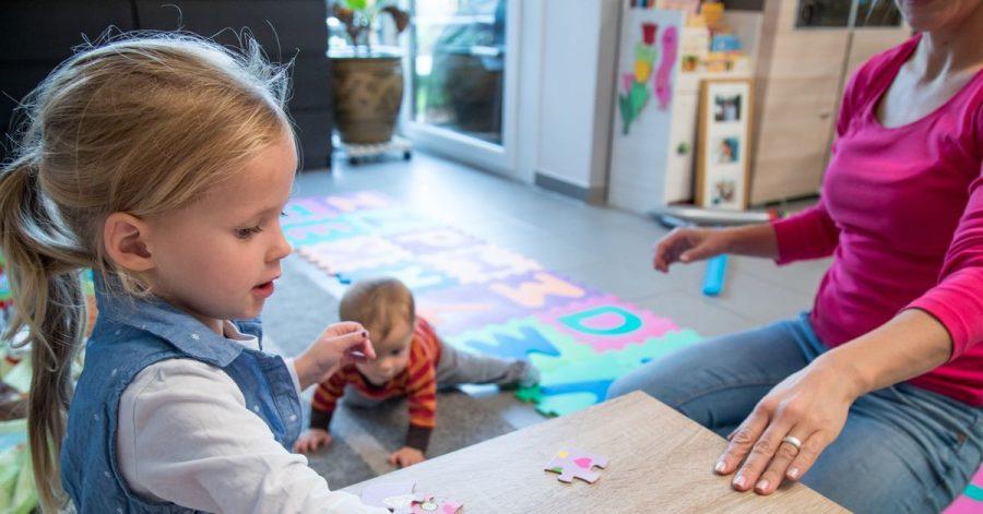 Wer sich als Babysitter etwas dazuverdient, sollte sich absichern. Die Aktion Das sichere Haus (DSH) nennt dafür Haftpflicht- und gesetzliche Unfallversicherung.