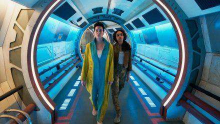 """Weltraum-Polizisten Ash Harper (Savannah Steyn, re.) reist auf der """"Hemlock"""" durchs All - hier mit ihrer Gefangenen Verona (Imogen Daines, li.) (wag/spot)"""