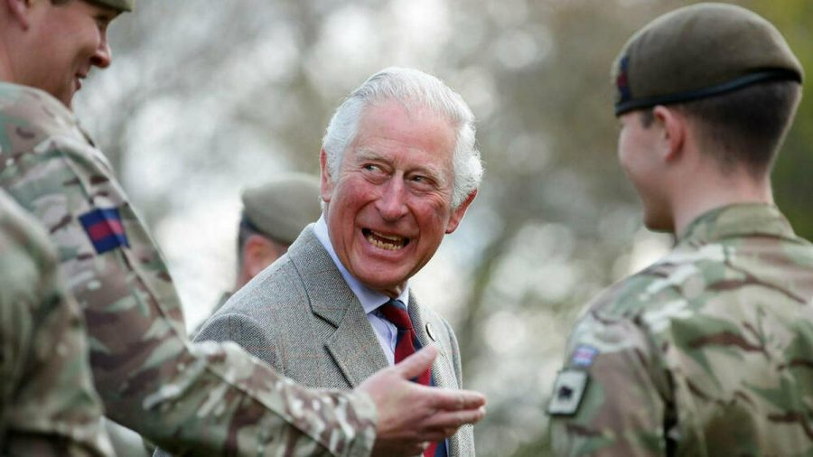Prinz Charles lacht beim Kasernenbesuch in Windsor. (ili/spot)