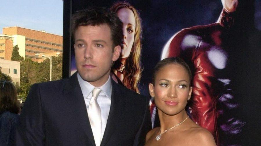 """Damals waren sie noch """"Bennifer"""": Ben Affleck und Jennifer Lopez im Jahr 2003 - auf dem Plakat dahinter lugte aber schon Jennifer Garner hervor (stk/spot)"""