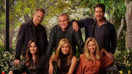"""Matthew Perry, Matt LeBlanc, David Schwimmer, Courteney Cox, Jennifer Aniston und Lisa Kudrow (v.l.n.r.) am Set von """"Friends"""", 2021. (aha/spot)"""