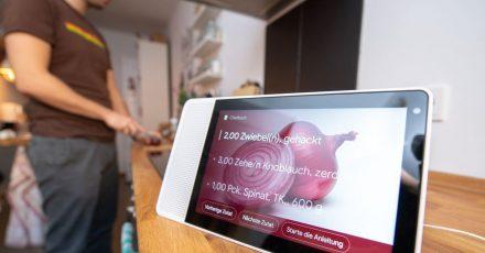 Praktische Küchenhilfe ohne Anfassen:Mit Tablets oder Smart Displays plaudert man einfach übers Rezept oder lässt sich Anweisungen geben.