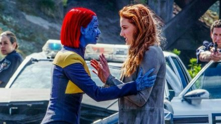 """X-Men: Dark Phoenix"": Mystique (Jennifer Lawrence, l.) beruhigt Jean Grey (Sophie Turner) (cg/spot)"