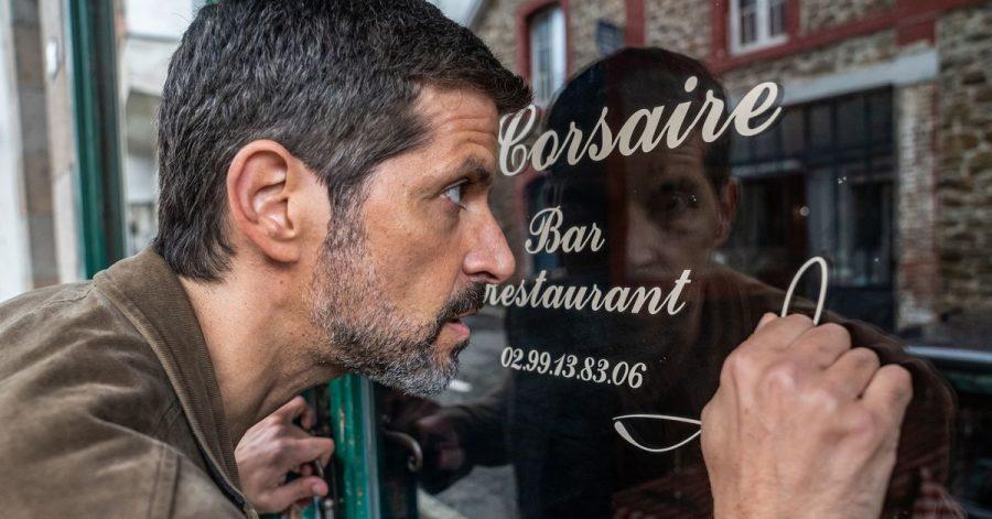 Durchs Fenster schauen gehört zum Beruf von Kommissar Dupin (Pasquale Aleardi).