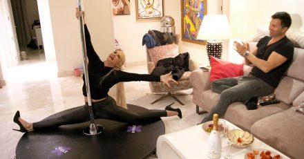 Lucas ist begeistert von Danielas Poledance-Show in einer Szene aus «Daniela Katzenberger - Familienglück auf Mallorca».