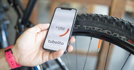 Kurz das Smartphone auf Ventilhöhe an den Reifen halten, und schon hat der Drucksensor im «Tubo-MTB Psens» den aktuellen Wert per NFC drahtlos ans Smartphone geschickt.
