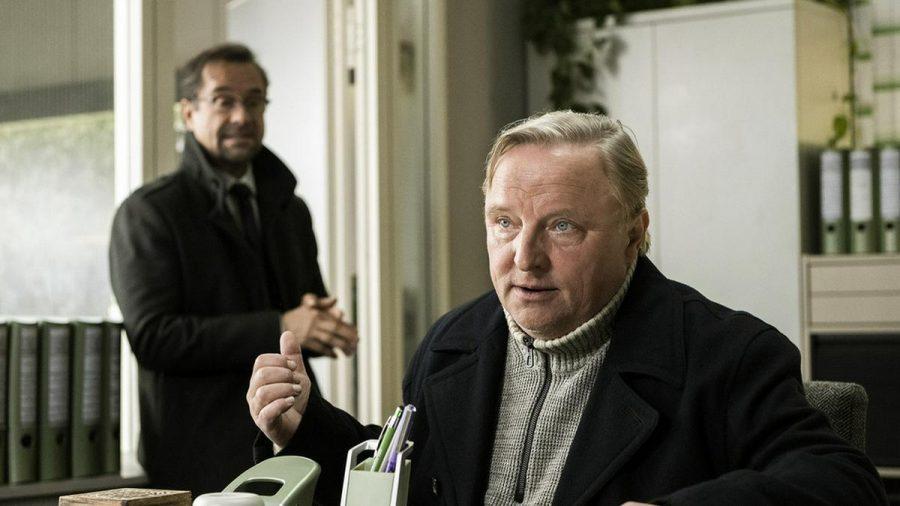 """""""Tatort: Rhythm and Love"""": Kommissar Frank Thiel (Axel Prahl, v.) und Prof. Karl-Friedrich Boerne (Jan Josef Liefers) sind sich wieder einmal uneins (cg/spot)"""