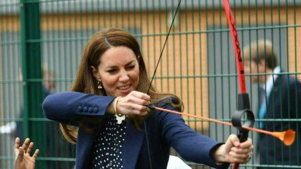 Herzogin Kate zeigt ihr Talent beim Bogenschießen. (tae/spot)
