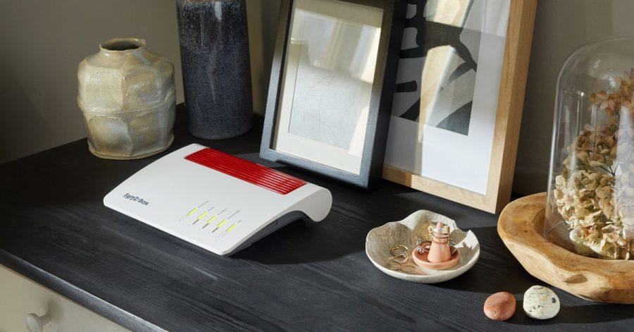 Unaufgeregt: Die neue Wi-Fi-6-fähige Fritzbox 7590 AX (ca. 269 Euro) fügt sich ohne viel Aufhebens in die Wohnumgebung ein. Ihr Gehäuse hat AVM gegenüber der Vorgängerin 7590 praktisch nicht geändert.