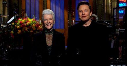 """Unternehmer Elon Musk und seine Mutter Maye Musk in der Unterhaltungsshow """"Saturday Night Live""""."""
