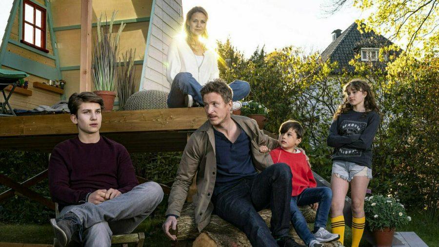"""Luke Matt Röntgen, Golo Euler, Matteo Hilterscheid und Mathilda Smidt spielen in """"Nachricht von Mama"""" eine junge Familie, die mit dem Tod der Mutter (Jessica Ginkel) klarkommen muss. (ncz/spot)"""