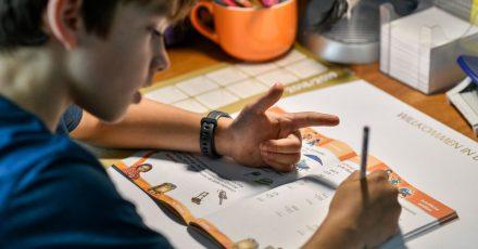 Die Pandemie hinterlässt bei vielen Kinder Wissenslücken: Nachhilfe in der Schule oder privat können hier helfen.