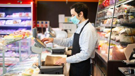 Auch Menschen aus dem Lebensmitteleinzelhandel zählen zur 3. Prio-Gruppe für die Corona-Schutzimpfung. (mia/spot)