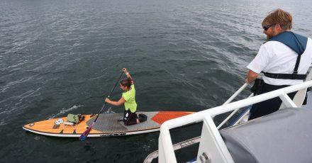 Wasserschutzpolizist Thomas Rupflin kontrolliert auf dem Bodensee eine Stand-up-Paddlerin.