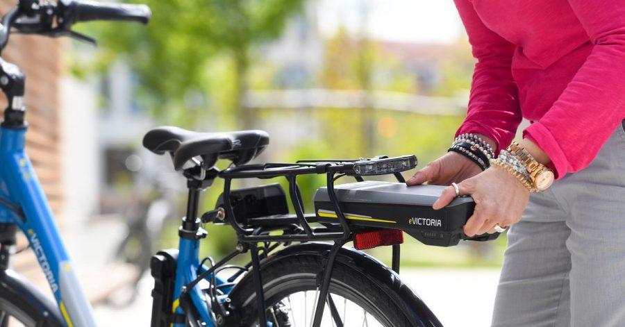 Zum Themendienst-Bericht vom 12. Mai 2021: Abrüsten für mehr Sicherheit: Teile wie Akkus, Luftpumpen oder Körbe entfernt man besser vor dem Transport mit dem Auto.
