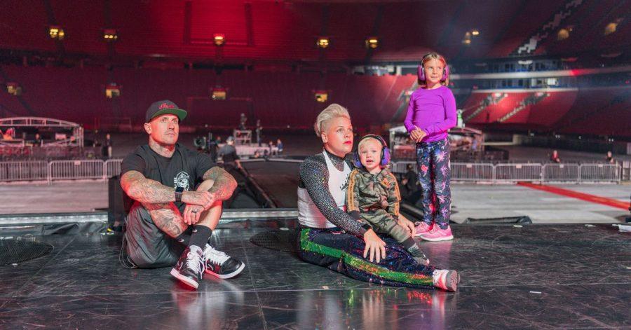 """Sängerin Pink mit ihrem Mann Carey Hart und den Kinder Willow (r) und Jameson, in einer Szene der  Amazon-Doku """"P!nk: All I Know So Far""""."""