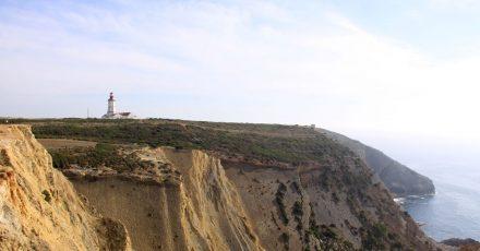 Der Leuchtturm am wilden Espichel-Kap thront über den Klippen.