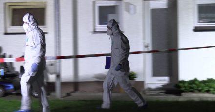 Beamte in Schutzanzügen am Tatort: Bei einem Messerangriff in einer Wohnung in Bad Essen in Niedersachsen sind zwei Menschen lebensgefährlich verletzt worden.